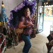 Merci à nos clients, ici Alexandra de partager leur photos. Thankyou to our clients for sharing their photos with us.Parapluie fayet poignée argent massif.Fayet umbrella, Sterling  silver handle.#fashion #design #parapluie #ombrelle #umbrella #sunembrella #madeinfrance #artisanatfrancais